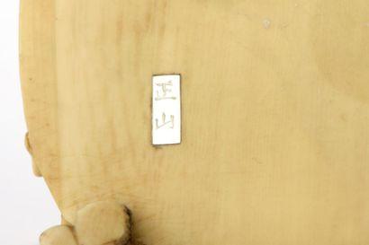 Petit okimono en ivoire, groupe de cinq aveugles traversant un pont. Signé Masayama...