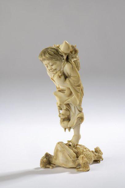 Okimono en ivoire, Gamma Sennin debout sur son crapaud, un panier de pêches de longévité...