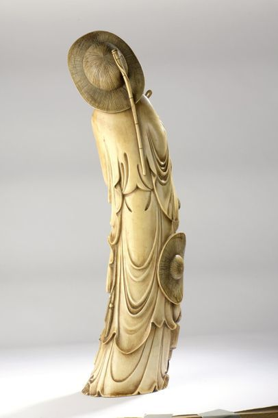 Statuette en ivoire figurant un pêcheur et un homme fumant la pipe, la patine artificielle,...