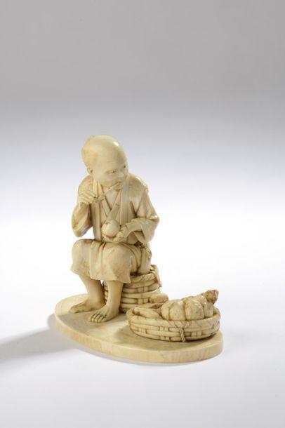 Okimono en ivoire, homme assis sur un panier,...