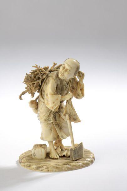 Okimono en ivoire, homme debout, un fagot de bois et une calebasse dans le dos,...
