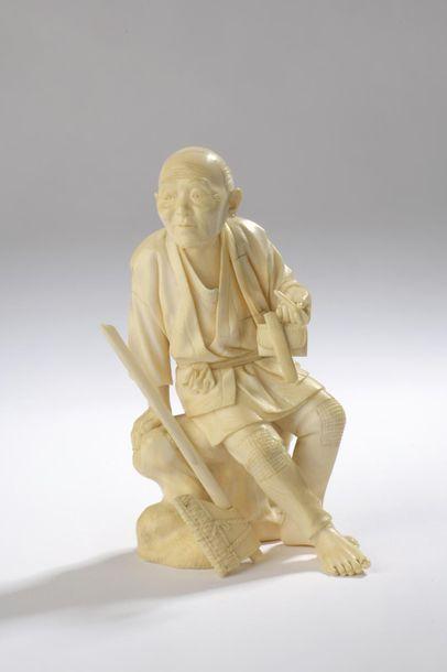 Okimono en ivoire, bûcheron ou homme assis...