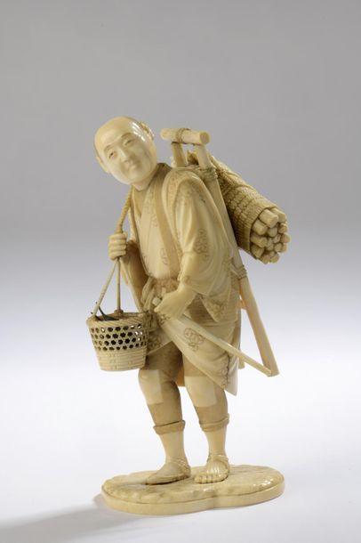 Okimono en ivoire, homme marchant avec une échelle et un fagot de bois dans le dos,...