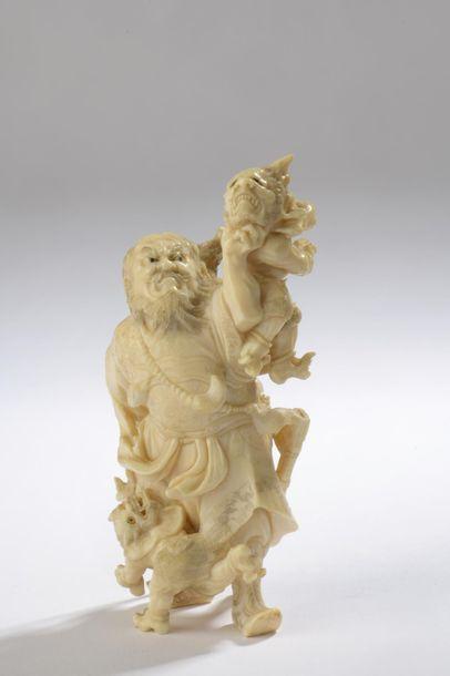 Okimono en ivoire, Shoki luttant avec deux oni. Les yeux incrustés de corne blonde...