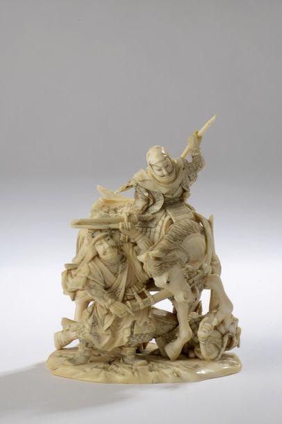 Okimono en ivoire, samouraï à cheval attaqué par trois autres samouraï. Terrasse...