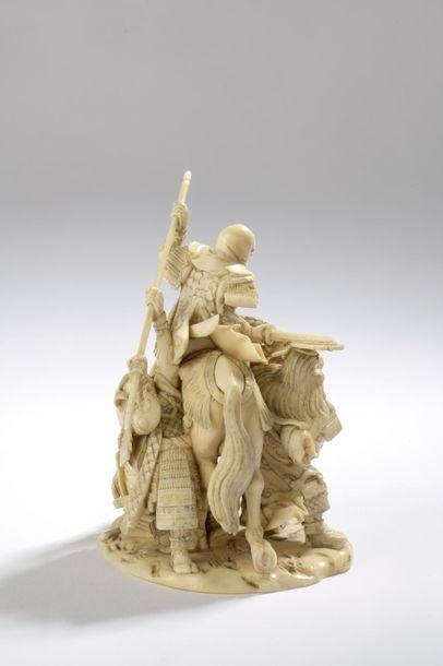 Okimono en ivoire, samouraï à cheval attaqué...