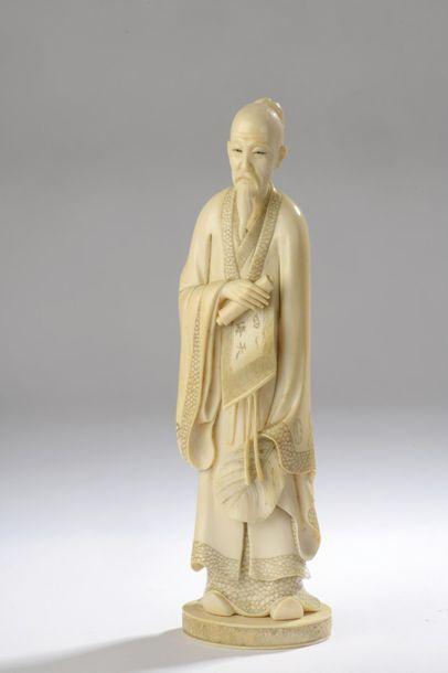 Okimono en ivoire, lettré chinois debout,...
