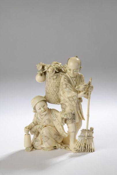 Okimono en ivoire, un homme debout tenant...