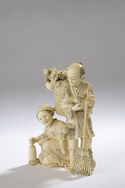 Okimono en ivoire, un homme debout tenant un rateau, un oiseau dans la main et un...