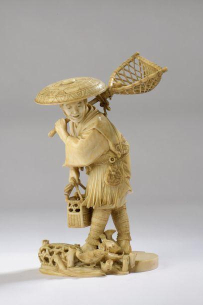 Okimono en ivoire, pêcheur debout, son filet...