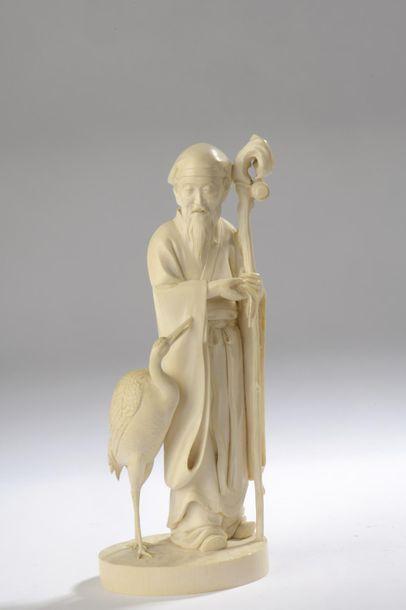 Okimono en ivoire, Immortel debout, son bâton...