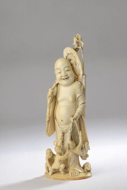 Okimono en ivoire, Hotei debout, la face...