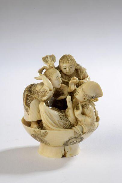 Okimono en ivoire, Shojo et deux personnages...