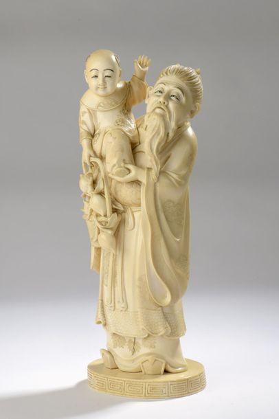 Okimono en ivoire, vieillard et enfant tenant...