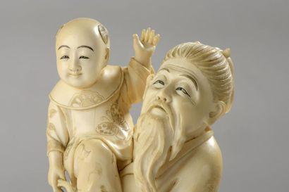 Okimono en ivoire, vieillard et enfant tenant un panier de pêches de longévité dans...