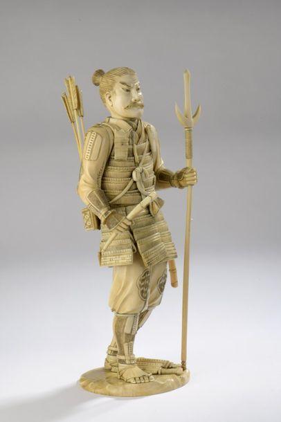 Okimono en ivoire de morse, archer debout aux aguets, les flèches mobiles dans le...