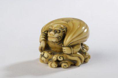 Netsuke en ivoire à très belle patine jaune,...