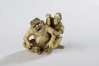 Netsuke en ivoire de morse, oni avec un masseur....