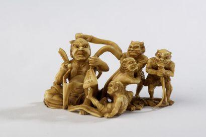 Petit okimono en ivoire dans le style des...
