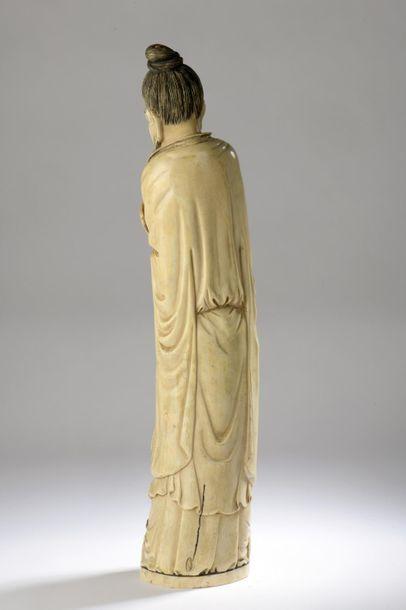 Statuette en ivoire, Immortel debout, un éventail dans ses mains, un enfant au panier...