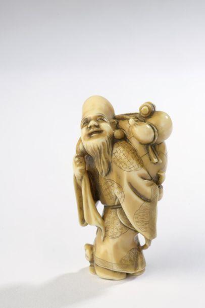 Netsuke en ivoire, Fukurukuju debout portant...