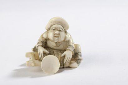 Netsuke en ivoire, Daikoku assis, penché...