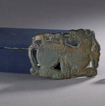 BOUCLE DE CEINTURE zoomorphe en bronze figurant une scène de prédation entre un...