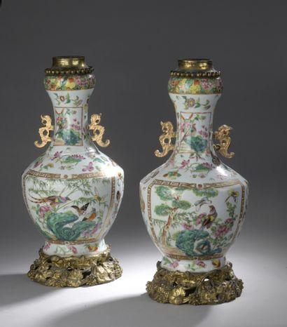 PAIRE DE VASES en porcelaine à décor d'oiseaux...