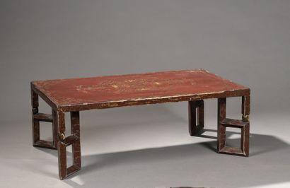 TABLE BASSE en bois laqué rouge à décor à...