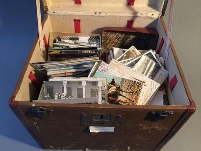 Un lot de cartes postales (3 boites à chaussure,...