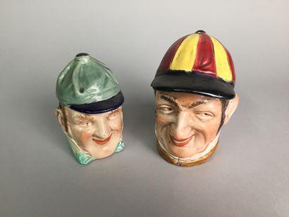 Deux têtes de jockeys souriants :  -L'un...