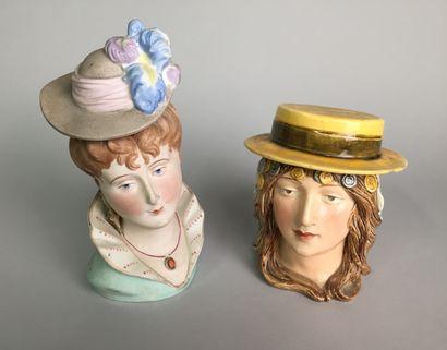 Tête de femme au chignon avec chapeau à plume...