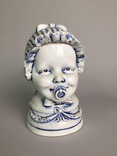 Tête de bébé souriant avec coiffe et tétine....