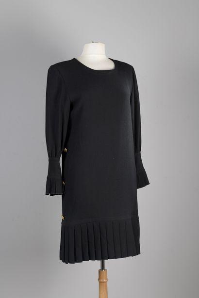 BOUTIQUES GIVENCHY  Robe en crêpe noir, encolure...