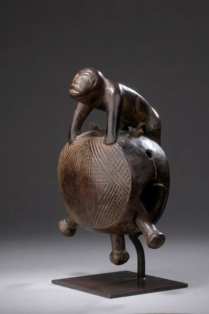 Cloche KONGO, République Démocratique du Congo  Bois à patine brune, fibres végétales....