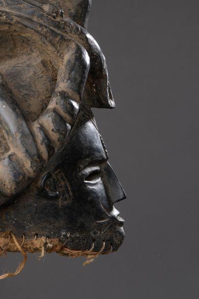 CIMIER IGBO, Nigeria  Bois mi-dur à patine noire, étoffe native.  H. 35 cm  Visage...