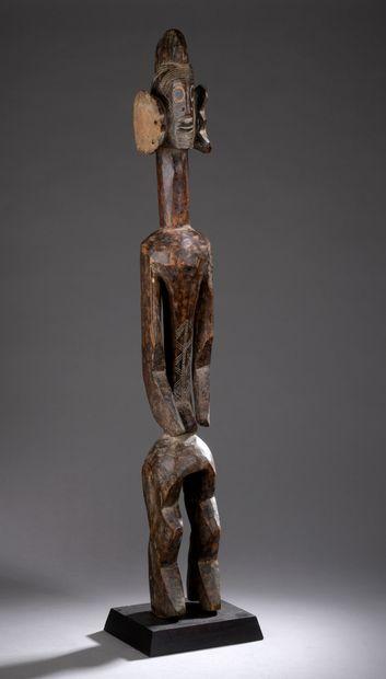 STATUE MUMUYE, Nigeria  Bois mi-dur à patine brune, pigments, accidents.  H. 98...