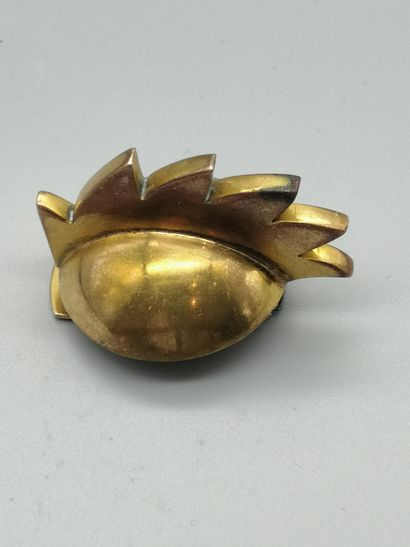 HERMÈS  Clip de revers en métal doré, composé...