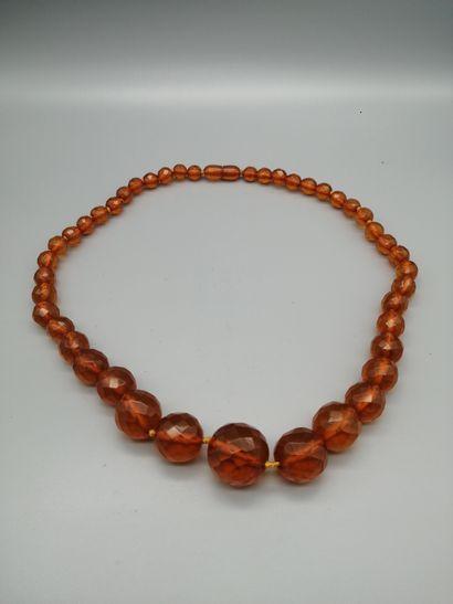 Collier d'ambre (traité), composé de boules...
