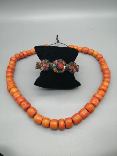 Lot comprenant :  - Un collier de perles...