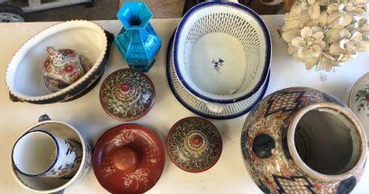Mannette comprenant vase Japon Imari, pots...
