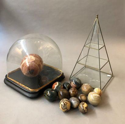 Lot comprenant :  - Globe en verre reposant...