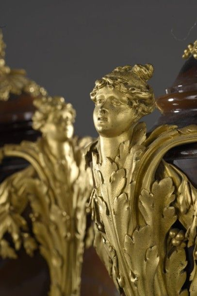 Rare paire de vases couverts sur piédouche en « alabastro fiorito » à très riche...