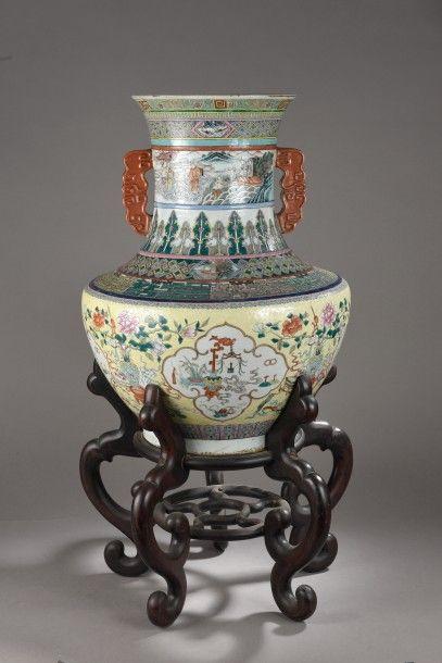 Grand vase en porcelaine à décor polychrome organisé sur plusieurs registres de...
