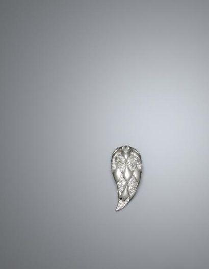 """Suzanne BELPERRON Un clip """"dents de loup"""" en or blanc, 18K 750‰, et platine 900‰,..."""