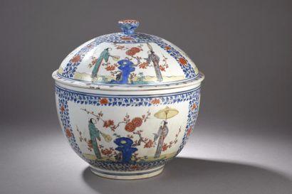 JAPON, Kakiemon - vers 1670-1690  Grand bol couvert en porcelaine émaillée polychrome...