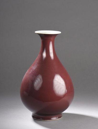 Vase de forme yuhuchunping en porcelaine émaillée monochrome rouge corail ; sous...