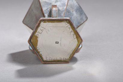 Jean GOULDEN (1878-1946)  Boite hexagonale en cuivre argenté, décor de trois ailettes...