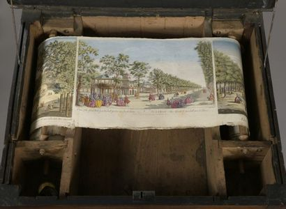 TABLE D'OPTIQUE, d'époque XVIIIe siècle, en bois de noyer avec mécanisme permettant...