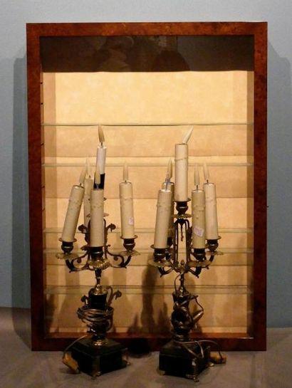 Vitrine d'applique et paire de candélabr...